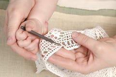 照顾教的女儿,孩子,女孩编织,手工制造 免版税库存图片