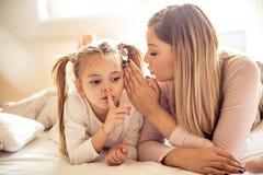 照顾有信任在她的女儿 免版税库存图片