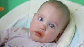 照顾有匙子的哺养的婴孩,射击的关闭在厨房 影视素材