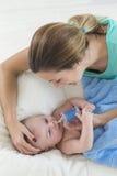 照顾清洁可爱的婴孩鼻子黏液有一台鼻吸气器的 免版税库存图片