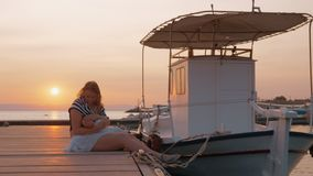 照顾码头的护理婴孩在码头在日落 影视素材