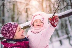 照顾花费与她的小女儿的时间户外 免版税库存照片