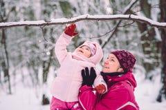 照顾花费与她的小女儿的时间户外 图库摄影