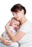 照顾设法安慰她哭泣的婴孩查出 免版税库存图片
