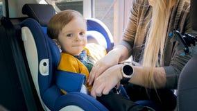 照顾调整和锁汽车儿童安全位子 库存照片