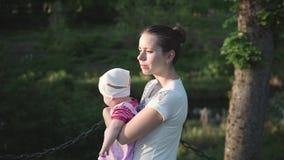照顾走与婴孩,拿着她在手上,太阳是光亮,旁边射击 股票录像