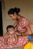 照顾给在chitwan,尼泊尔的女儿按摩 免版税库存图片