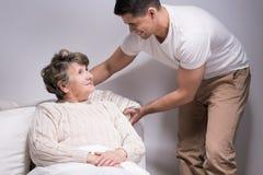 照顾他心爱的祖母 免版税库存照片
