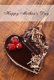 照顾` s天在心脏形状的巧克力蛋糕  库存照片