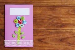 照顾` s天或生日与花的贺卡在与拷贝空间的木背景文本的 简单的手工制造卡片 免版税库存照片