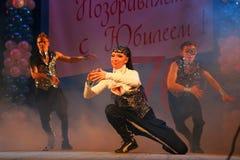 仿照90 ies -执行圣彼德堡音乐厅的马戏团的舞蹈家样式的编舞缩样 免版税图库摄影