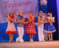 仿照60 ies -执行圣彼德堡音乐厅的马戏团的舞蹈家样式的编舞缩样 免版税库存照片