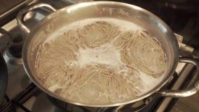 煮沸在平底锅的面条 股票视频