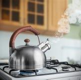 煮沸在煤气炉的水壶在厨房里 库存图片