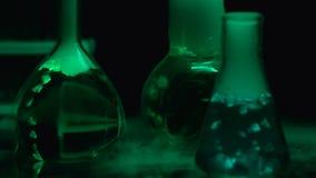 煮沸在眨眼睛的烧瓶轻的背景,辐射污秽,生物危害品 股票录像