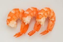 煮沸的三剥了在白色背景关闭的国王大虾  纤巧,鲜美和健康海鲜 免版税图库摄影