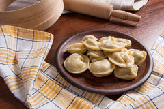 煮沸的乌克兰肉饺子或馄饨在木背景 图库摄影