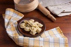 煮沸的乌克兰肉饺子或馄饨在木背景 库存照片
