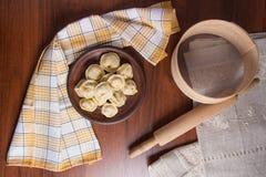 煮沸的乌克兰肉饺子或馄饨在木背景 免版税库存照片