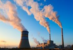 煮沸的同时发热发电能源厂和雾 免版税库存照片