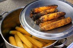 煮沸的和被烘烤的玉米棒子 图库摄影