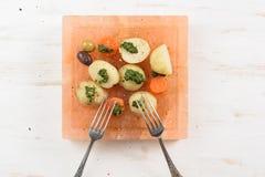煮沸的土豆和红萝卜用绿色chimichurri调味汁服务 免版税库存图片