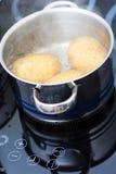 煮沸的土豆水 免版税库存图片