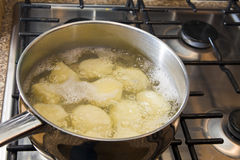 煮沸的土豆 库存照片