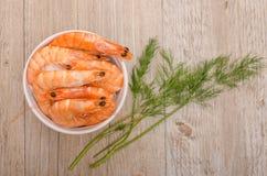 煮沸的大虾用莳萝从上面 图库摄影
