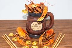 煮沸的小龙虾啤酒快餐。 免版税库存照片