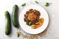 煮沸的扁豆用红萝卜纯汁浓汤和烤夏南瓜 五颜六色的菜不食肉的盘 库存照片