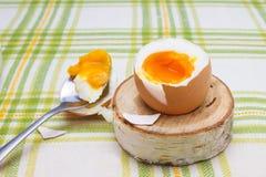 煮沸的新抽杀打破的鸡蛋在木桦树立场的早餐鸡蛋的 壳, bri残破的米黄鸡蛋和片断  库存图片