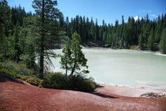 煮沸的春天湖在拉森火山国家公园 免版税库存图片
