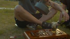 煮沸的水壶 在茶壶的人倾吐的面汤 影视素材