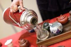 煮沸的水罐人倾吐水 图库摄影