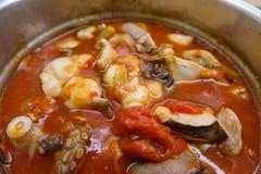 煮沸的汤用蕃茄和章鱼 免版税图库摄影