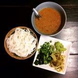 煮沸的泰国米细面条,通常吃与泰国用咖哩粉调制 免版税库存图片