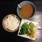 煮沸的泰国米细面条,通常吃与Nam Prik (泰国样式用咖哩粉调制) 库存照片