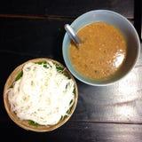 煮沸的泰国米细面条,通常吃与Nam Prik (泰国样式用咖哩粉调制) 免版税库存图片