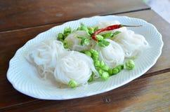 煮沸的泰国米细面条,通常吃用咖喱或番木瓜 图库摄影