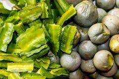 煮沸的牛肝菌蕈类和煮沸的茄子 库存图片