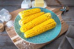 煮沸的玉米用黄油和盐 库存照片
