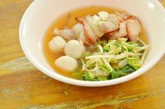 煮沸的甜红色烤了猪肉和球用豆芽在汤在碗 免版税库存图片