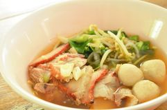 煮沸的甜红色烤了猪肉和球用豆芽在汤在碗 库存照片