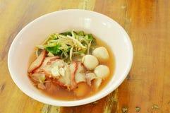 煮沸的甜红色烤肉猪肉和球用豆芽在汤在碗 库存图片