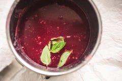 煮沸的白色和红浆果莓果,混合的汁液用糖 免版税库存图片