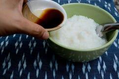 煮沸的米和酱油 免版税库存图片