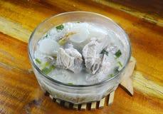 煮沸的米用在碗的猪肉骨头热的汤 库存图片