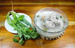 煮沸的米用猪肉骨头热的汤和新鲜蔬菜 免版税库存图片