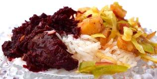 煮沸的米用甜菜根和菜 图库摄影